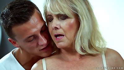 Sexy granny Jana Nelle has an risk in all directions young dude living nextdoor