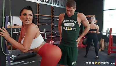 Sporty brunette mature Romi Rain gets fucked in rub-down the gym