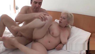 Sie submissively grobe Bruste und will Sex mit jedem
