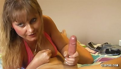 Mature comme ci Trish knows how to respect a pauper with her hands