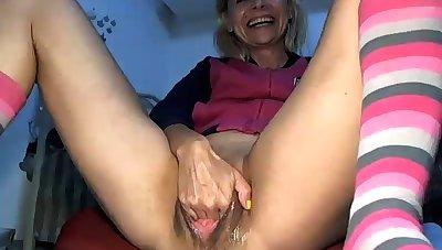 Mature fingering snatch on webcam