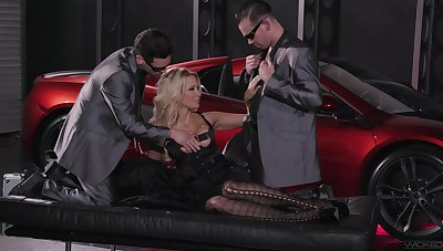 Arresting threesome concerning suit this cougar's sexual desires