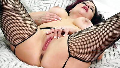 Hot full-grown Amanda Ryder works will not hear of pussy with sex toys