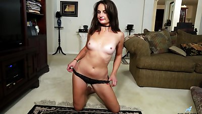 Solo brunette Alice Potts drops her clothing in all directions pleasure her pussy